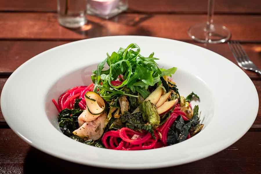 Pinke Pasta mit Wirsing und süß-sauer eingelegten Zucchini-Röllchen (vegan)